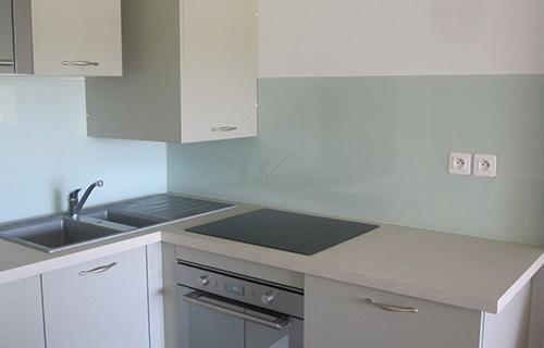 photo de crédence vert pastel dans cuisine