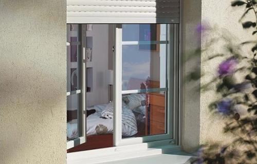 photo extérieure d'une fenêtre pvc dans chambre