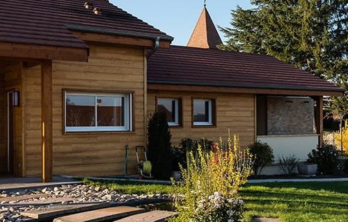 photo extérieure d'une façade de maison équipée de menuiseries PVC