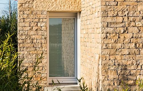 photo d'une menuiserie pvc dans une façade en pierre